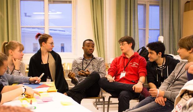Kuusi nuorta keskustelee keskenään